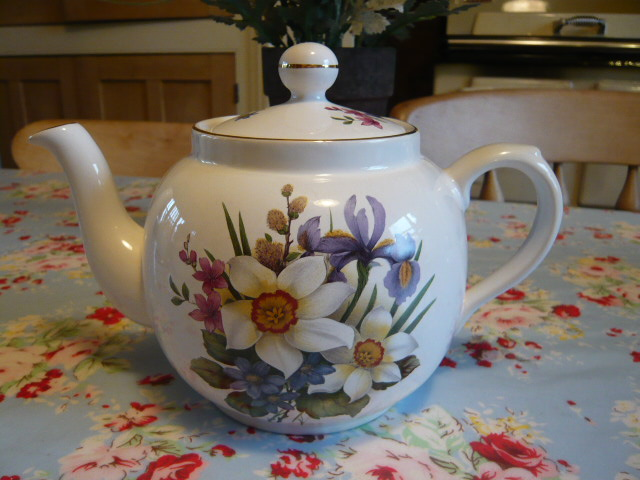 Z/SOLD - VINTAGE TEAPOT WITH DAFFODILS