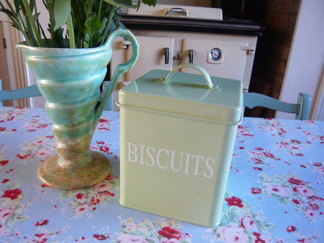 z/sold A GREEN BISCUIT TIN