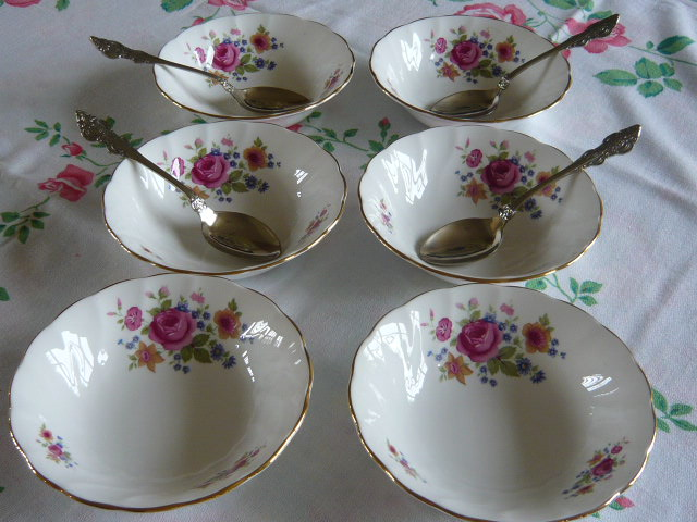 "Z/SOLD - STUNNING ROYAL VICTORIA ""SUMMER ROSES"" VINTAGE SET 6 BOWLS"