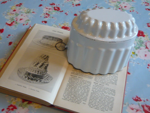 Z/SOLD - VINTAGE ENAMEL JELLY MOULD