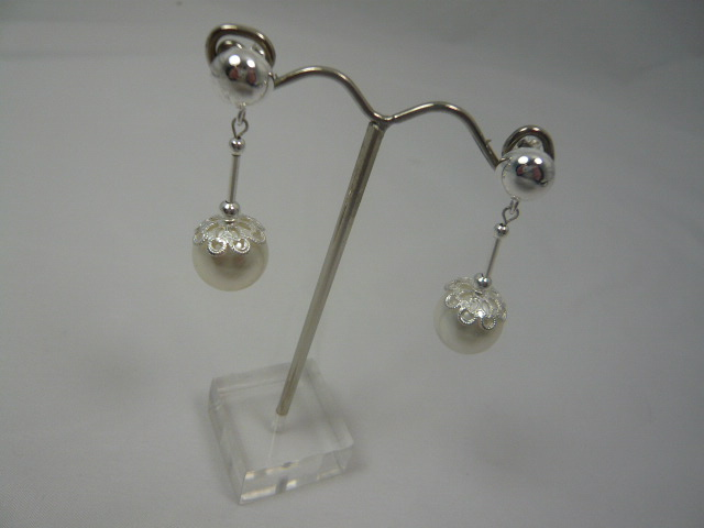 z/sold  A PAIR OF SILVER & PEARL DROP EARINGS