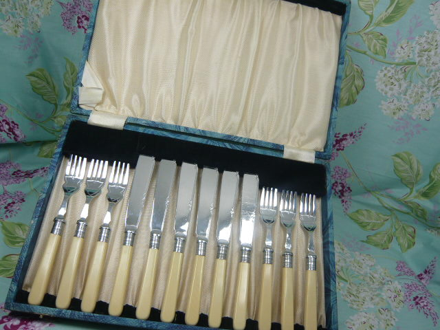Z/SOLD  VINTAGE BOXED SET OF CUTLERY