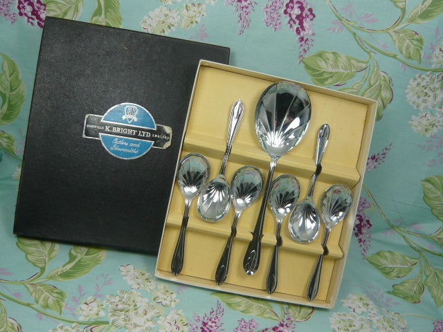 z/sold VINTAGE BOXED SET OF SPOONS