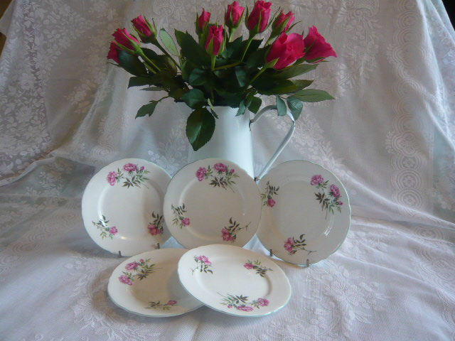 A PRETTY SET OF SHELLEY VINTAGE TEA PLATES