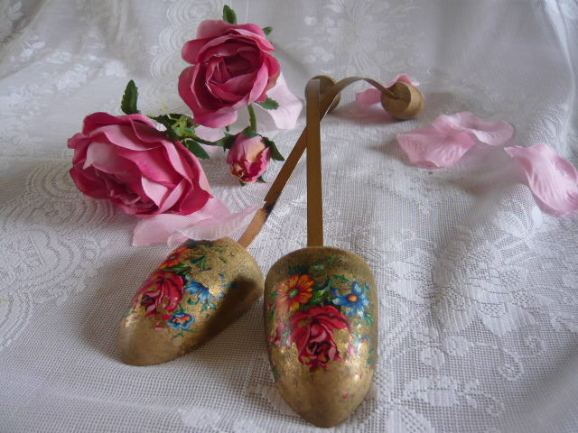 Z/SOLD - PRETTY LADIES SHOE STRETCHERS