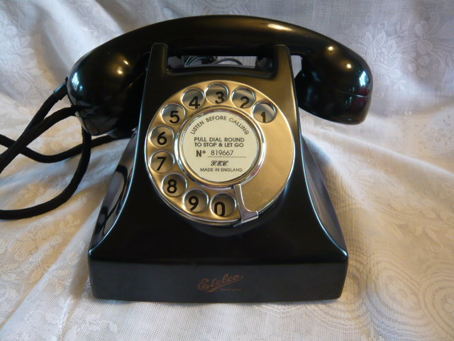 A VINTAGE BAKELITE BRITISH TELEPHONE BY GEC