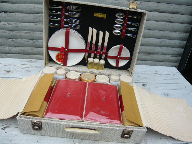 Z/SOLD - VINTAGE SIRRAM PICNIC SET totally unused