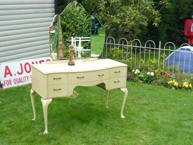 z/sold VINTAGE SHABBY CHIC DRESSING TABLE