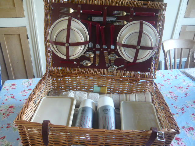 z/sold  ADORABLE VINTAGE PICNIC SET