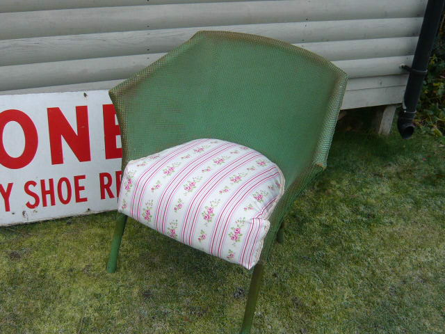 z/sold VINTAGE WICKER BEDROOM CHAIR