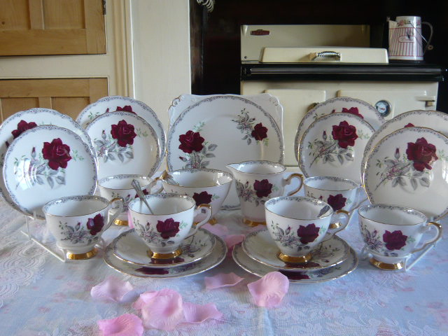 ZSOLD A ROYAL STAFFORD - ROSES TO REMEMBER TEASET