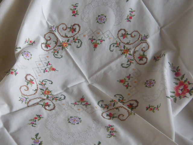 Z/SOLD - A PRETTY EMBROIDERED VINTAGE TABLE CLOTH