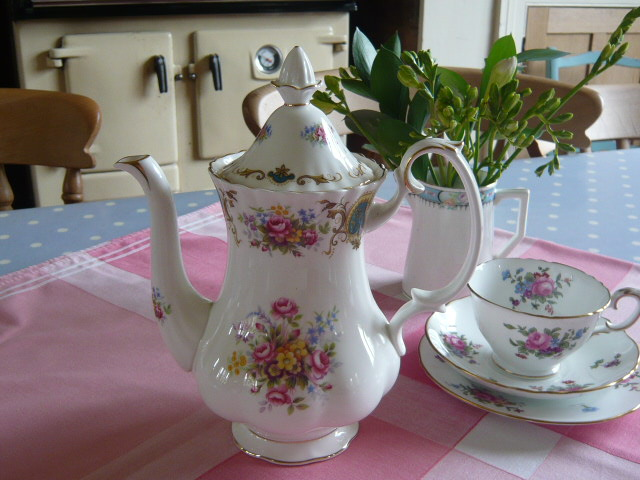 Z/SOLD A BEAUTIFUL ROSES VINTAGE TEAPOT