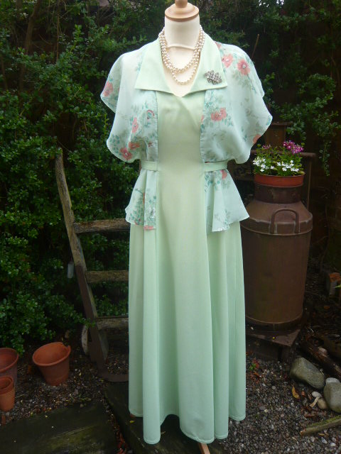 z/sold A STUNNING LADIES VINTAGE DRESS...on its way to sunny australia !!