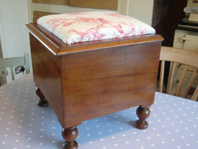 Z/SOLD -VINTAGE STORAGE BOX / STOOL