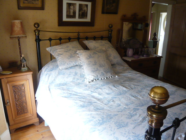 Z/SOLD  A BEAUTIFUL BLUE TOILE DE JOUY BEDSPREAD & CUSHIONS