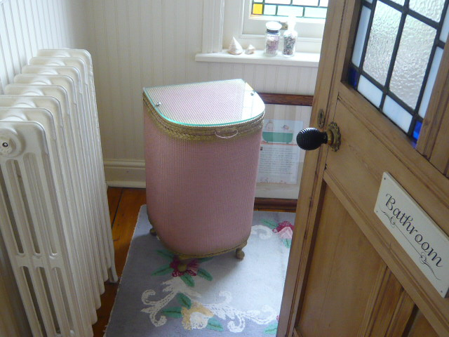 Z/sold  A PINK  VINTAGE WOVEN LAUNDRY BASKET