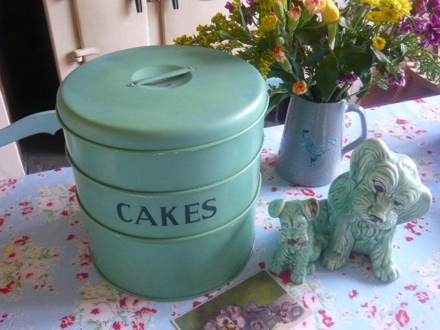 z/sold  A adorablly vintage tala cake tin