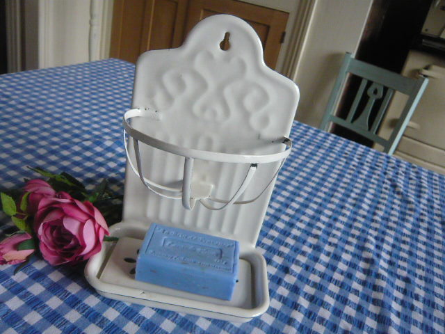 z/sold   CREAM ENAMEL SOAP DISH