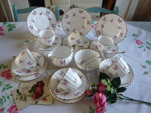 z/sold  BEAUTIFUL PINK ROSES TEASET