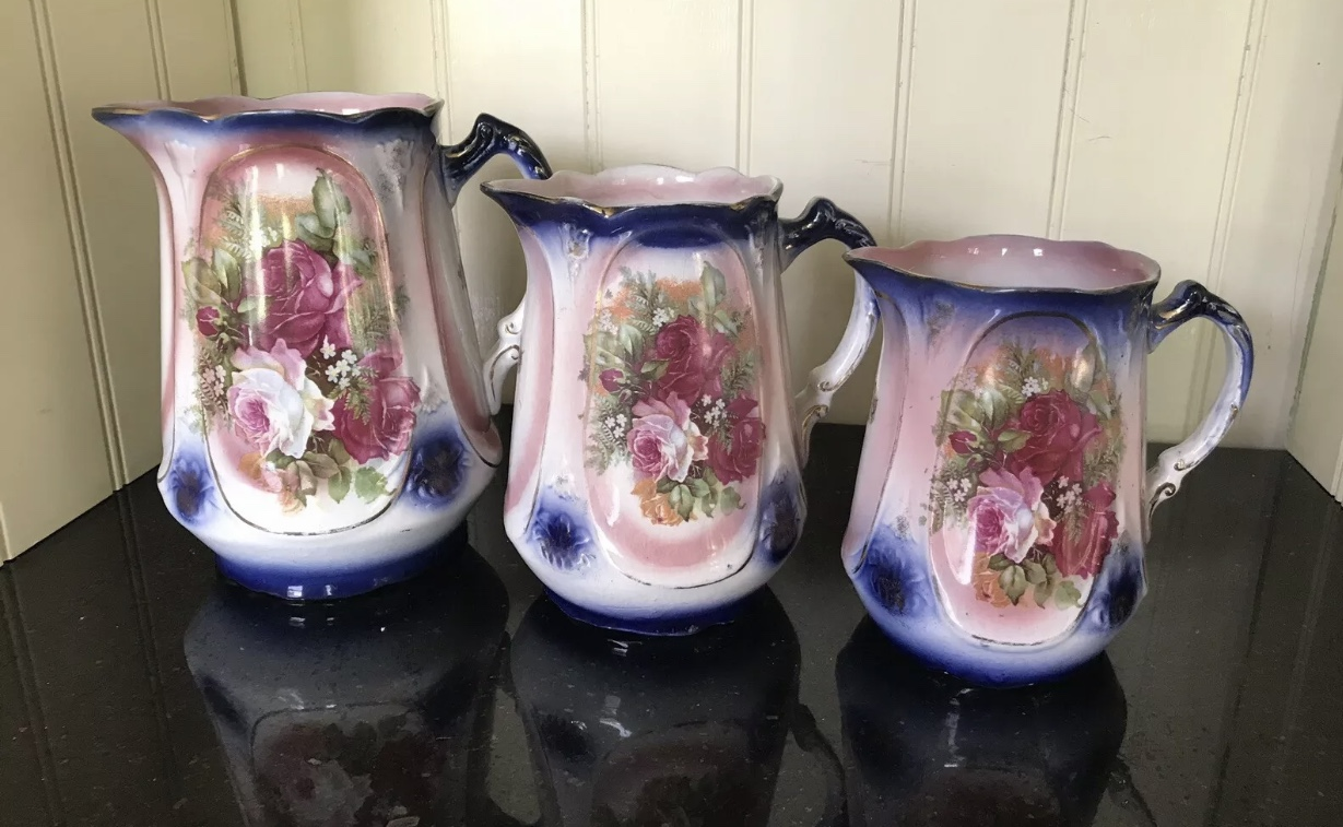 Set of 3 graduated Roses jugs