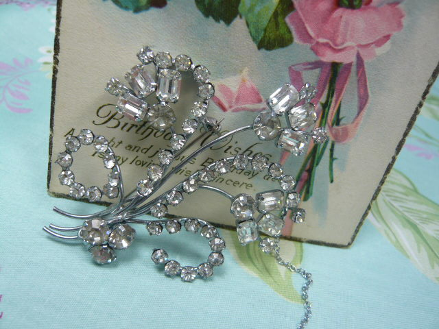Z/SOLD  VINTAGE DIAMANTE BROOCH with safety chain
