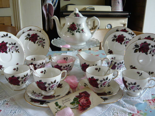 Z/SOLD -VINTAGE COLCLOUGH TEA SET & TEAPOT  C203