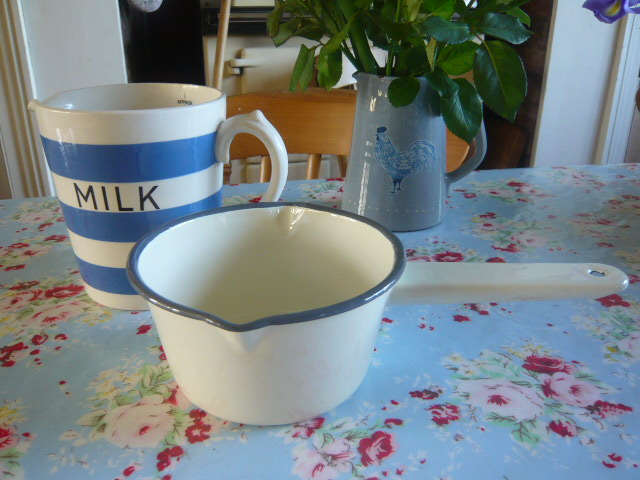 Z/SOLD CREAM ENAMEL MILK PAN