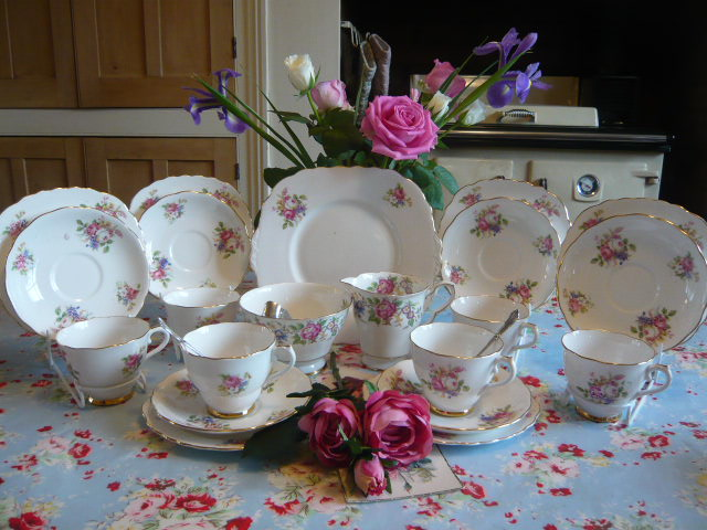 z/sold DELIGHTFUL ROSES VINTAGE TEA SET FOR 6 ( ref C 156)