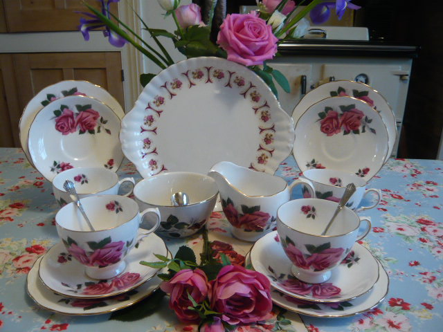 Z/SOLD - GAINSBOROUGH ROSES VINTAGE TEA SET FOR 4 ( ref C 157)