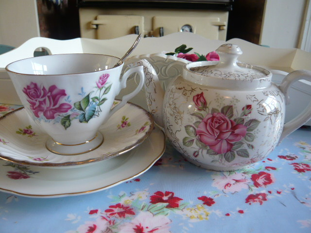 z/sold -ADORABLE VINTAGE TEA FOR ONE SET