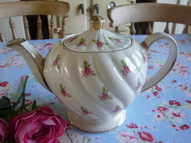 z/sold  Sadler Roses vintage teapot