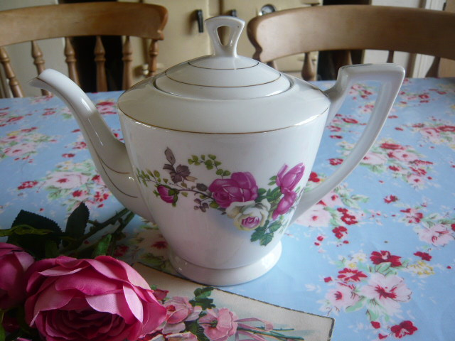z/sold  Roses shabby chic vintage teapot