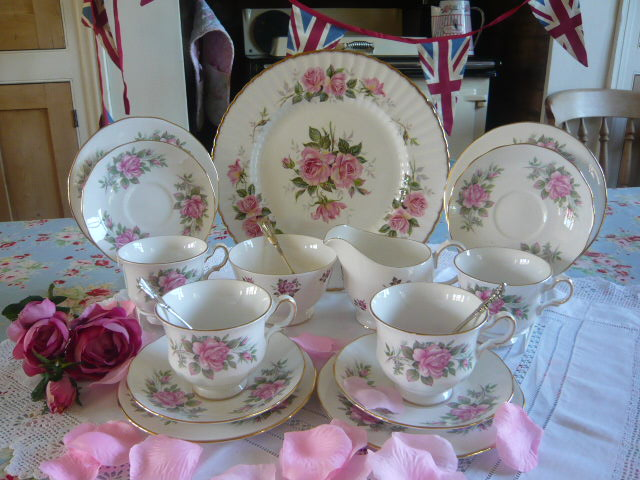 Z/SOLD VINTAGE CHINA QUEEN ANNE ROSES TEA SET (C197)