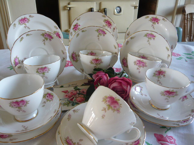 z/sold  DELIGHTFUL  COLLINGWOOD ROSES TEASET