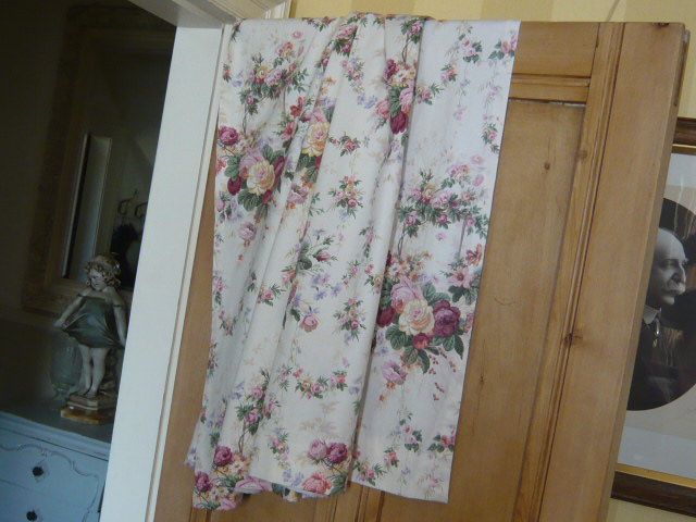 z/sold  DELIGHTFUL  ROSES PAIR OF VINTAGE CURTAINS