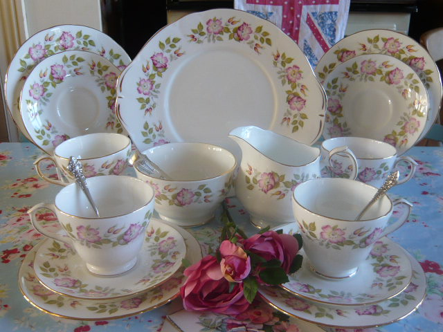 Z/SOLD -VINTAGE CHINA TEA SET BY DUCHESS  LINDEN LEA (C183)