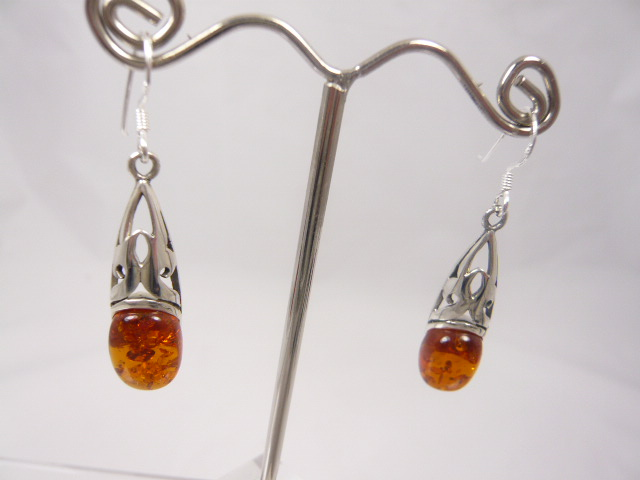 z/sold  A PAIR OF SILVER & AMBER DROP EARINGS