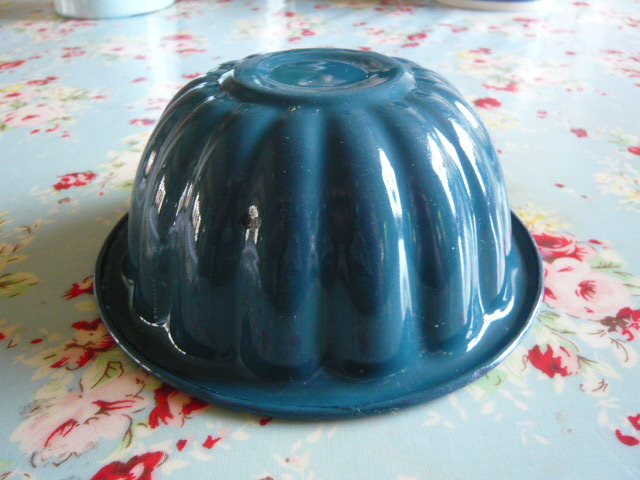 Z/SOLD - A VINTAGE ENAMEL JELLY MOULD