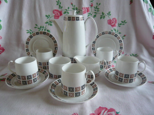 Z/SOLD - VINTAGE QUEEN ANNE TEA SET (C230)