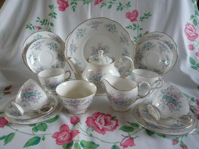 Z/SOLD - VINTAGE COLCLOUGH ROSES TEA SET