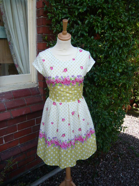 A LADIES VINTAGE FLORAL TEA DRESS