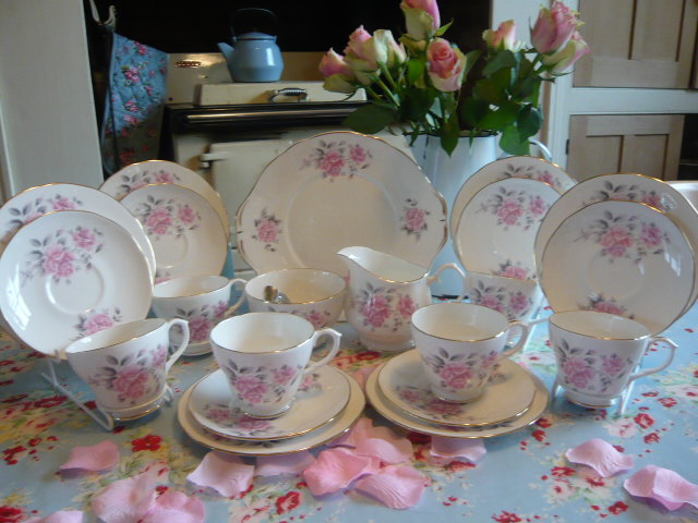Z/SOLD - DUCHESS PINK ROSES TEA SET (C218)