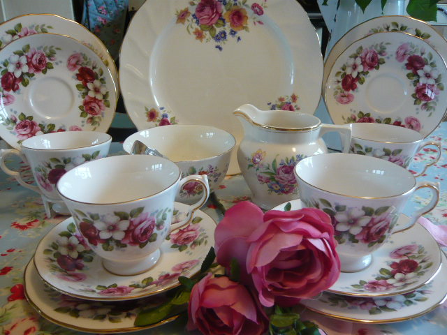 Z/SOLD - QUEEN ANNE VINTAGE TEA SET (C221)