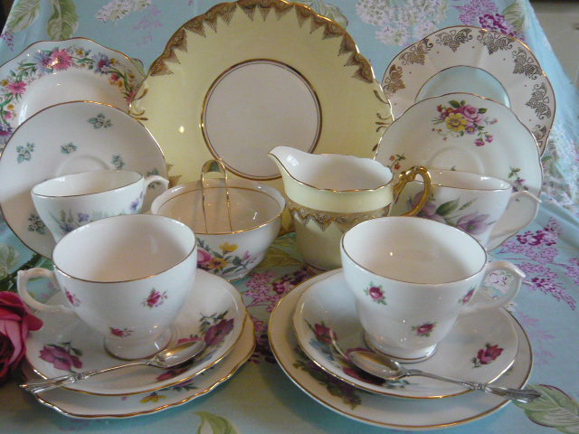 z/soldA ADORABLE MIX-N-MATCH VINTAGE TEASET with abundant blooms