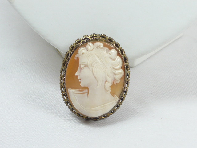 z/sold VINTAGE CAMEO BROOCH