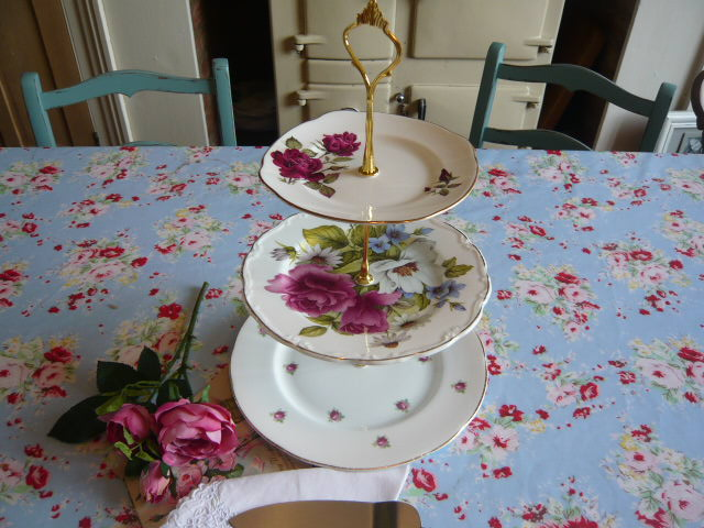z/sold  A STUNNING VINTAGE 3 TIER CHINA CAKESTAND