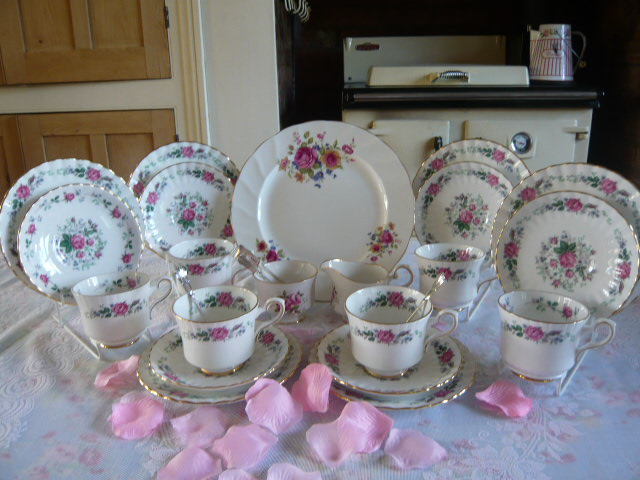 Z/SOLD A ROYAL STAFFORD - ROSES TEASET - C214