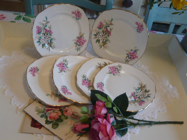 Z/SOLD SET OF VINTAGE SIDE PLATES WITH PINK FLOWERS
