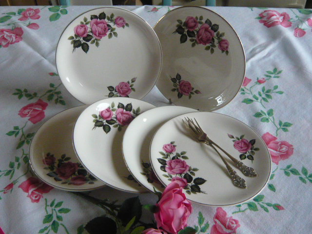 z/sold SET OF SIX VINTAGE ROSES TEAPLATES